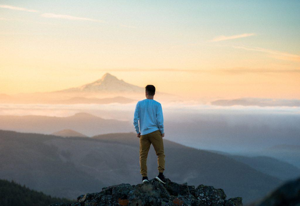 自制心山の上に立つ